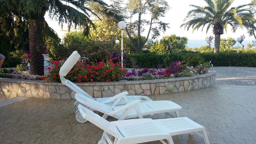Villa  vista mare 5 p.letto con veranda e giardino