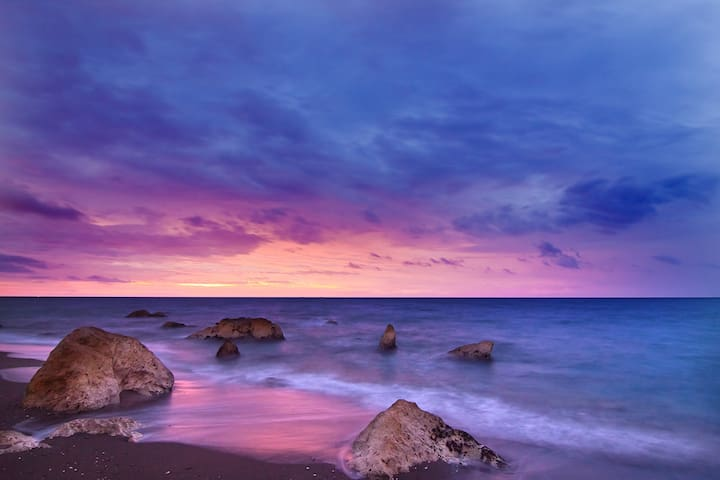 1 hour by car: Experience a picture perfect sunset at Phillip Island.
