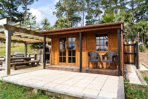Cosy cabin overlooking Waimauku Valley