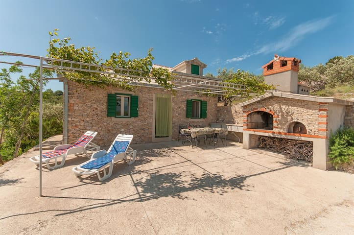 One bedroom Peaceful authentic remote cottage, in Postira - island Brac