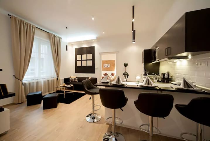 Luxury flat- 2 separated, en-suite double bedrooms
