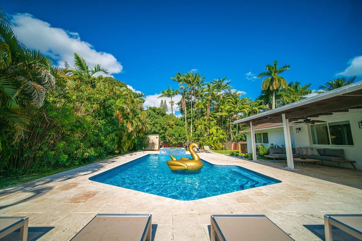 Gated Luxury Retreat in Heart of Miami Heated Saltwater Pool 🌴 Basketball 🏀 Game Room 🎳