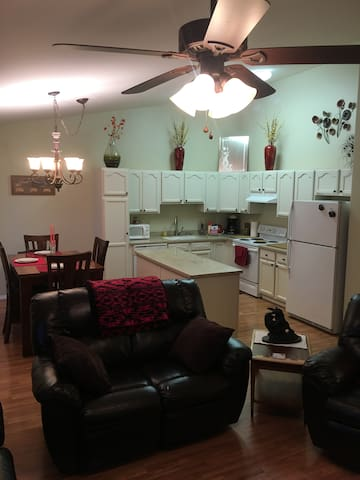 Central Located Townhouse*King Suite*Monthly Rates