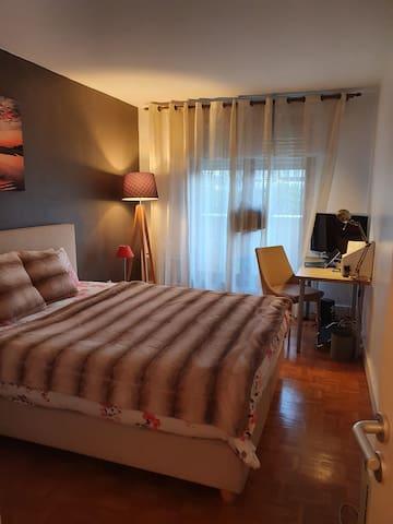Chambre 1 Avec lit double et coin Bureau