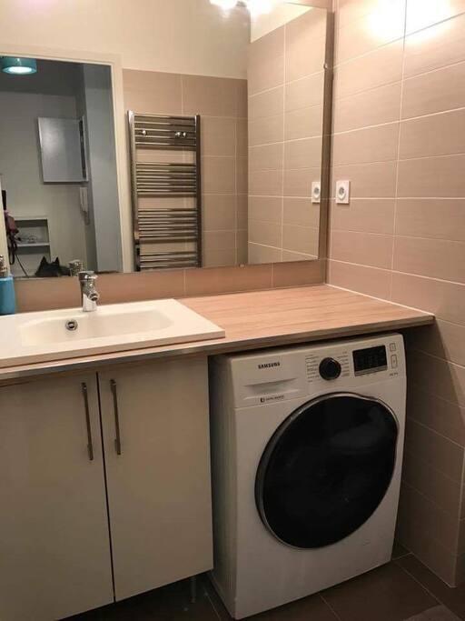 Salle de bains avec lave linge séchant