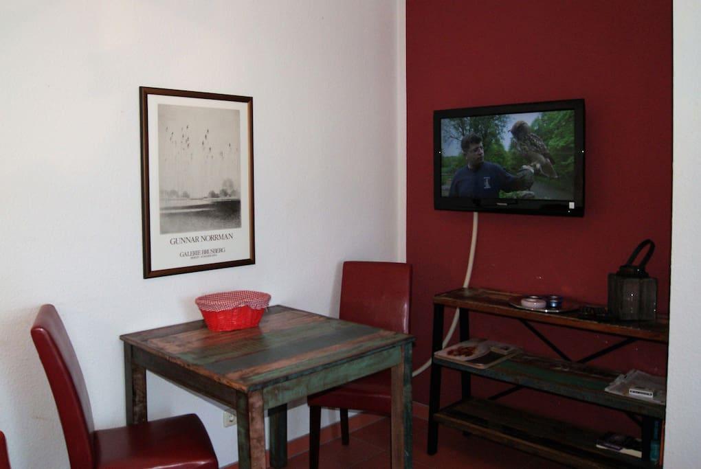 Esstisch und Flachbild-TV
