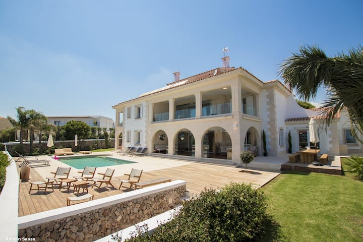 Villa with swimming pool and view to the sea
