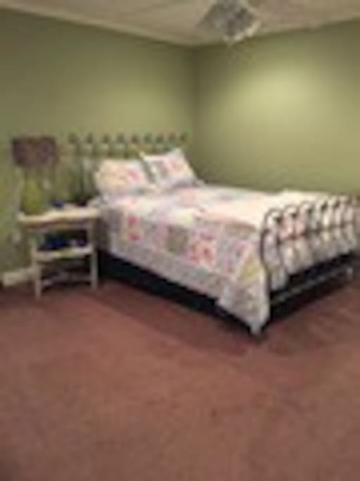 Queen size guest bedroom with TV/Cable