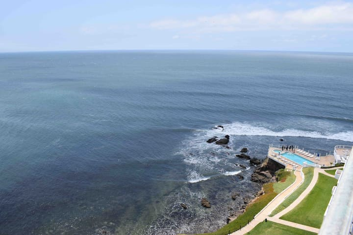 Spacious 2BR OCEANFRONT Overlooking Surf Break