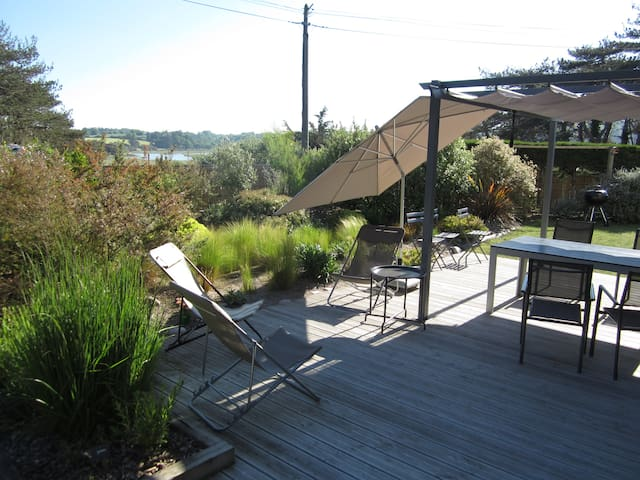Terrasse et jardin face a la plage.