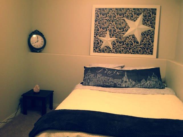Quiet Room with Private Bathroom - Lethbridge - บ้าน