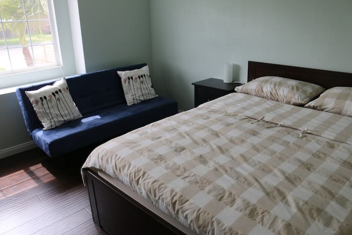 Private Entrance / 2 Rooms / 4 miles to Disney