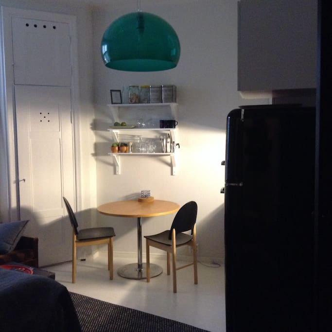 Ruokapöytä ja tuolit kahdelle