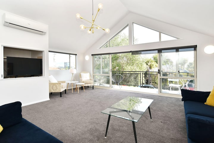 Stunning House in the CBD - 7 Night special deals