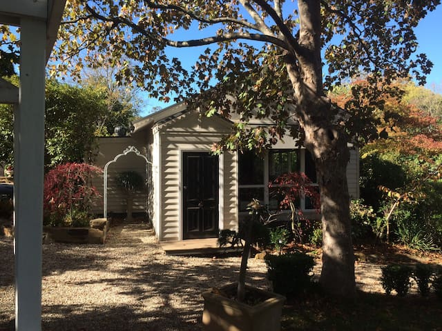 Mt Macedon charming country cottage