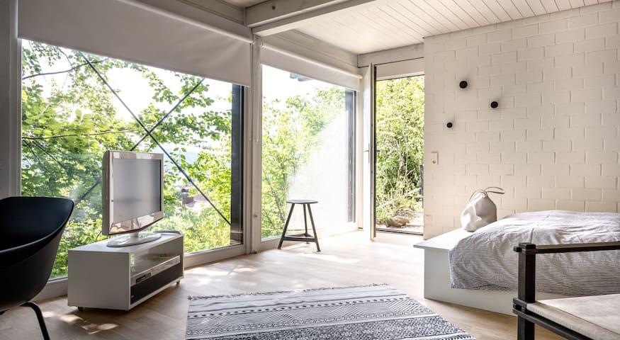 Wohn- & Schlafbereich mit 3 großen Seesicht Panoramafenster und Eingangstüre