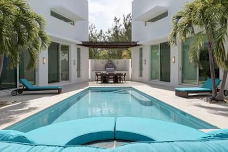 Ocean View Luxury Pool Villa, 5-6 BR, Exuma