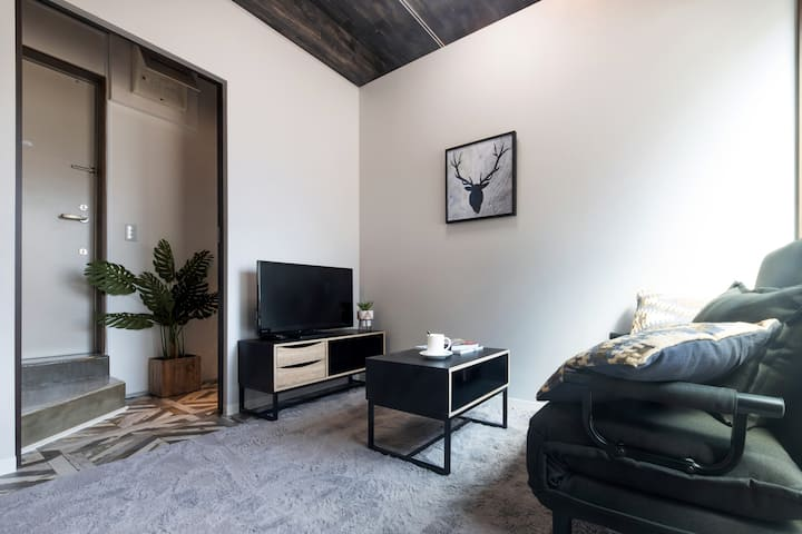 New Clean Apt for 4 people w/Convenient Access!