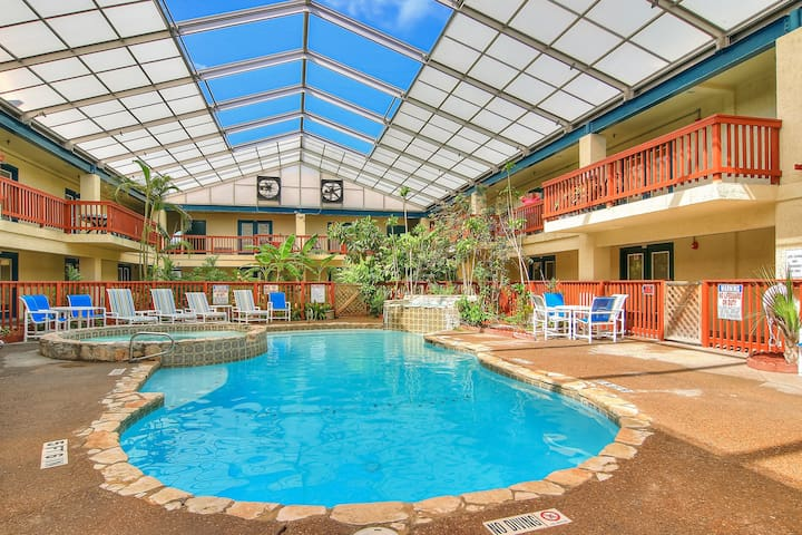 Comfortable condo w/shared indoor pool and hot tub. Close to the beach!