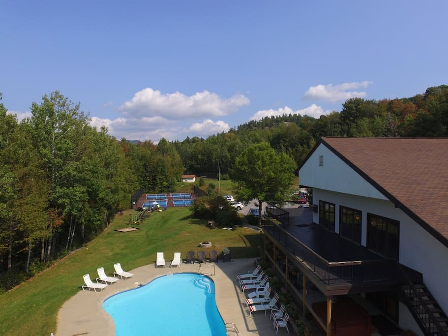 Enjoy the pools, jacuzzi, tennis courts, and all the amenities at the clubhouse