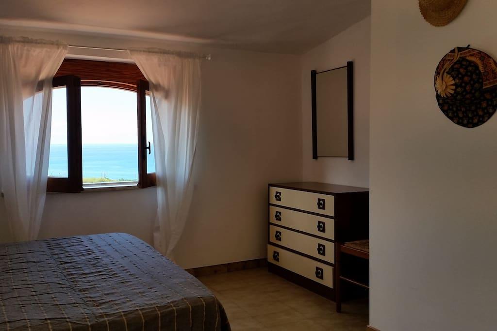 vista panoramica sul mare dalla camera da letto