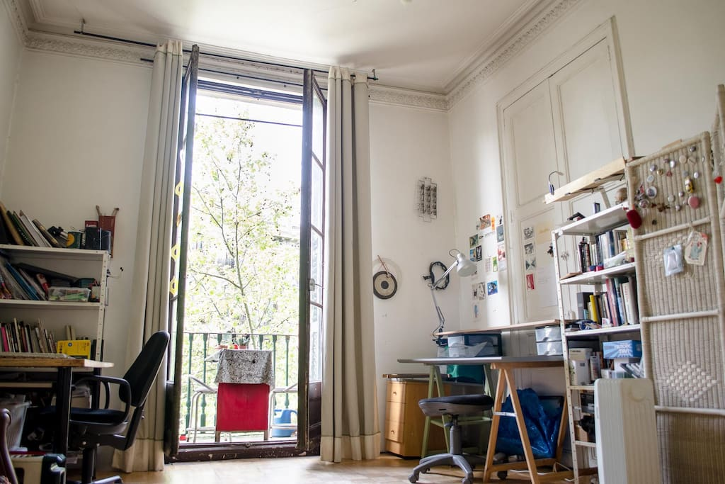 Big room, 32m, old style building, artistic ambiance Real 5 minutes walking from Plaza Catalunya, Arc de Triom, Parc de la Ciutadella, 15 minutes walking to the beach