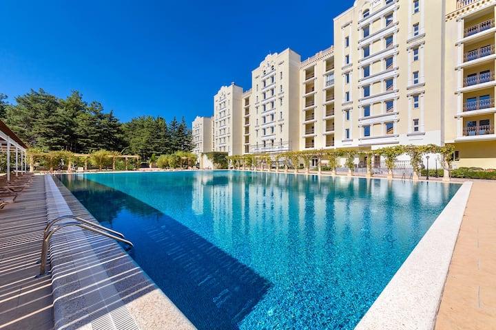 Апартаменты люкс с бассейном на берегу моря