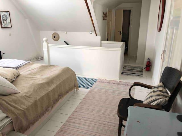 Eget rum med egen nybyggd toalett.