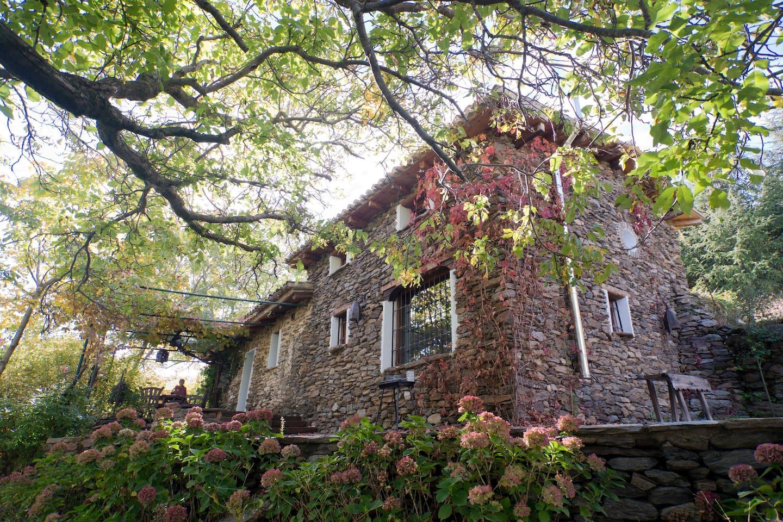 Preciosa casita de piedra rodeada de naturaleza.