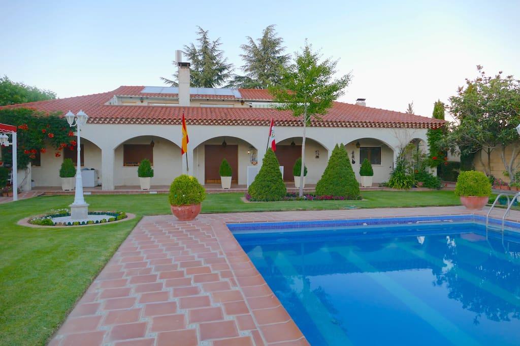 Pool view and back side of the main house/Vista de piscina y parte posterior de la casa