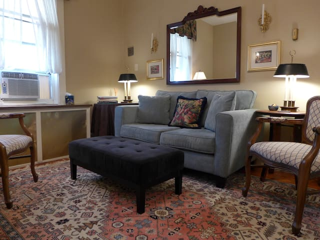 Anna's Retreat: Delight in Tower Grove East