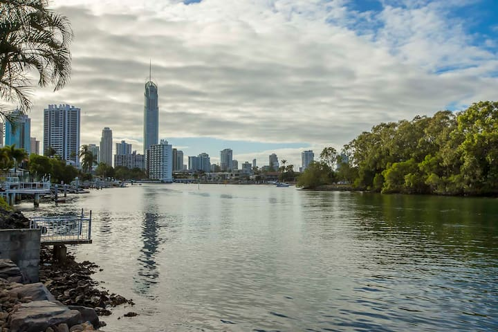 Nerang river villa with Surfers skyline view. - Surfers Paradise - Villa