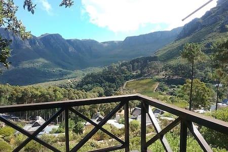 Owl Ridge Cottage with Mountain Views - Kaapstad