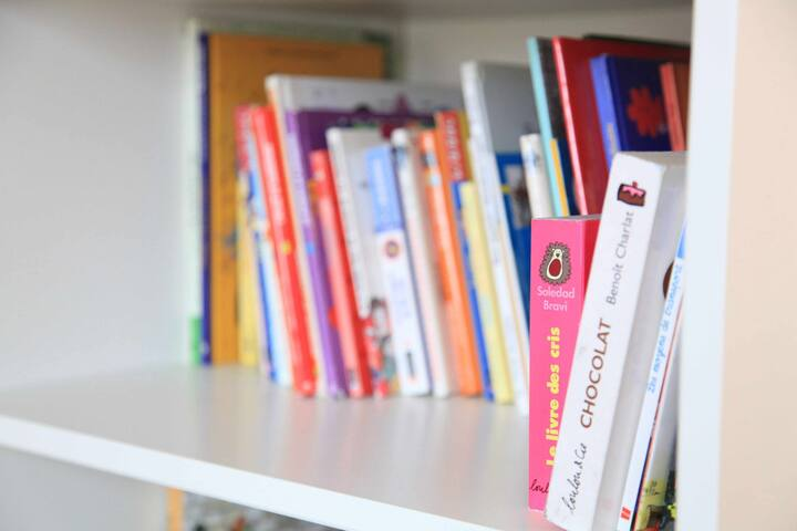 Plenty of children's Books ---- Bibliothèque pleine de livres pour enfants