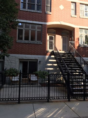 Downtown 4-story townhome blocks from McCormick Pl