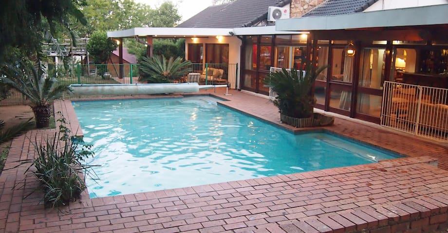 Stunning Safe Home 5bedrm, Pool, Wifi nr Rosebank