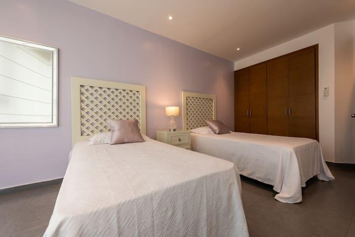 Bedroom #3. Twin beds (2). Smart TV and Wi-fi. Electrical blackouts  Habitación # 3. Smart tV y Wi-fi  Con dos camas sencillas. Blackouts eléctricos.