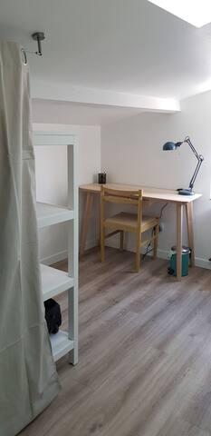 Votre espace ordinateur /travail dans la pièce mansardée de 15 m2, attenante à votre chambre.