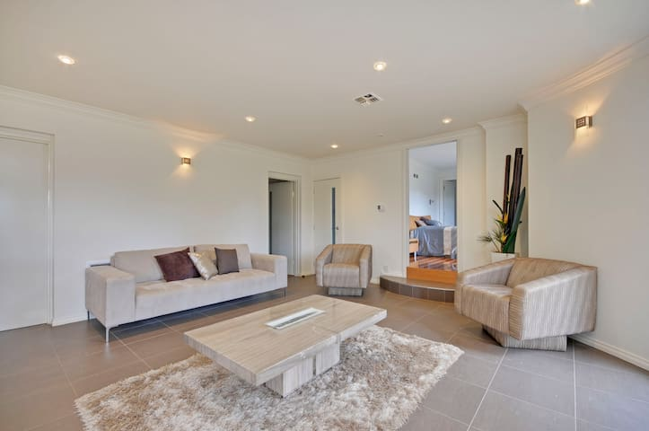 A Modern Apartment in a Country Setting (luxury) - Traralgon - Apartment