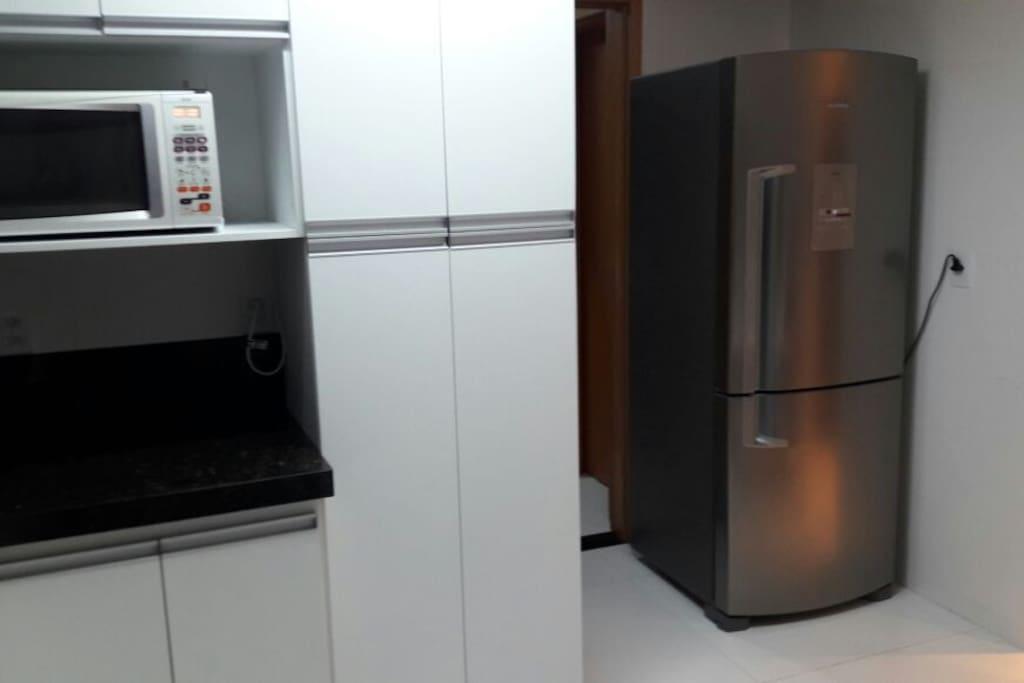Cozinha com armários e equipamentos novos