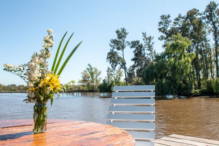 Serene & comfortable getaway by the river (Delta)