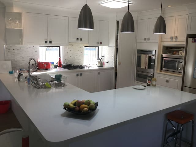 Spacious family retreat 10 min to Mooloolaba Beach - Sippy Downs