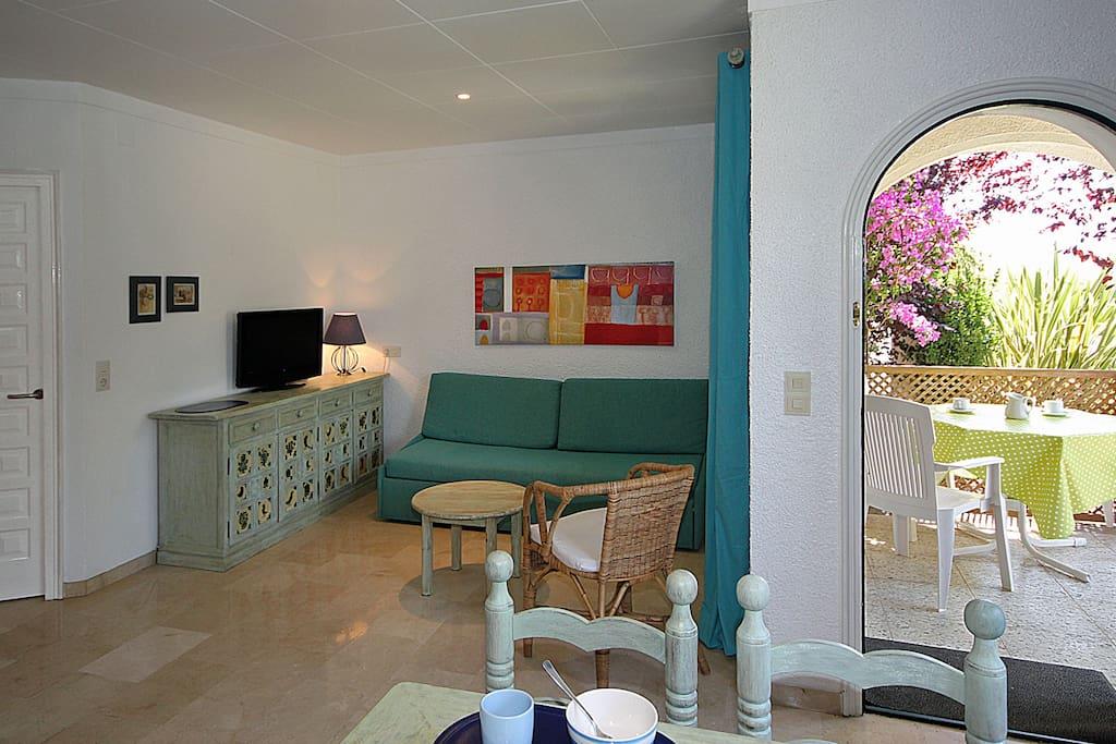 Apto.F salón con sofá-cama y terraza