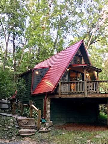 Charming cozy cabin close to everything yet in a sweet private setting.  Two creeks run through property! Restaurants, bars, & shopping are close. You don't spend hours trying to get anywhere!  Convenient and cute!