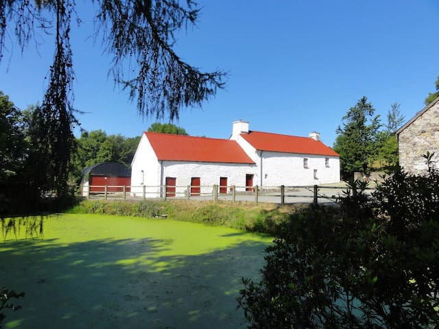 Beautiful longhouse with hot tub in West Wales