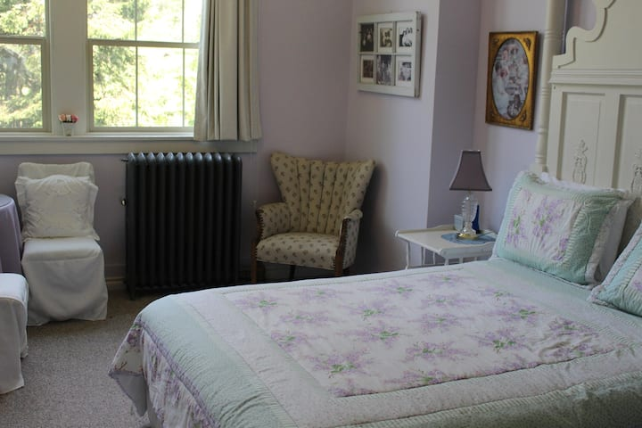 The Lavender Room Northside School Bed & Breakfast Room 3
