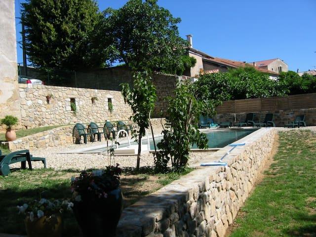 Logement 4 pers dans maison en pierres, piscine