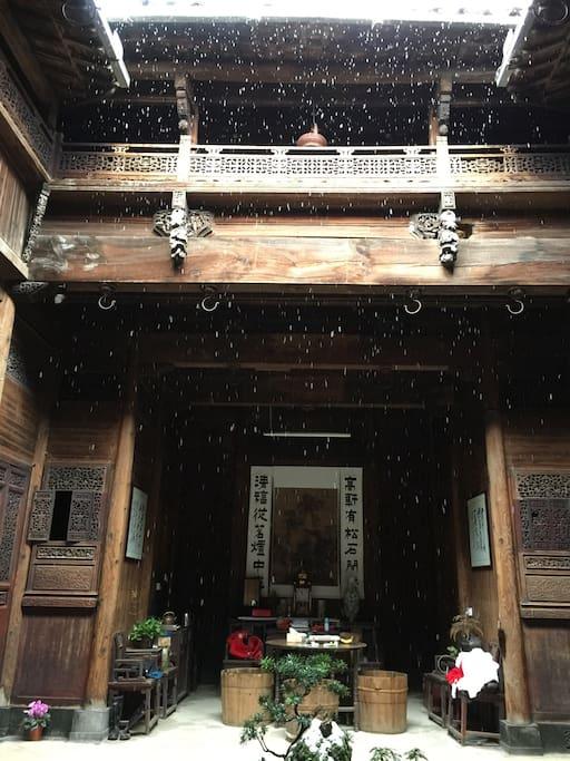 飘雪的天井