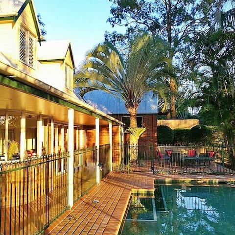 到澳大利亚昆士兰布里斯班旅行、休闲、打高尔夫球兼顾的可分租也可整租的三个卧室的坐落在球场里的别墅。