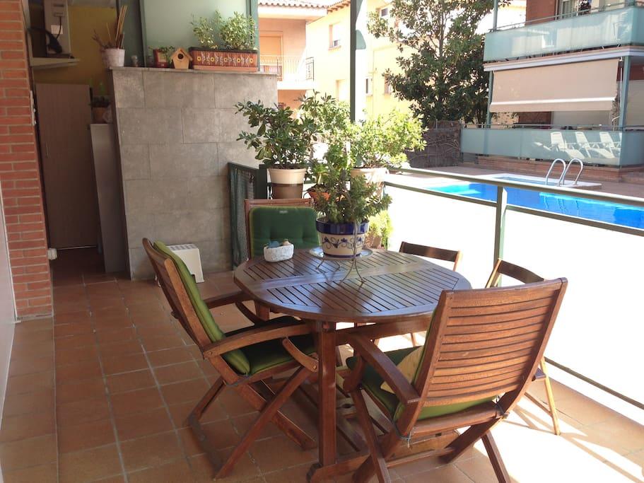 Notre terrasse... a 2 mètres de la piscine!
